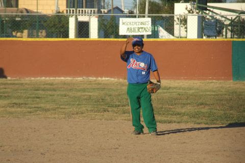 Rodolfo Quezada de Rayos en el softbol sabatino