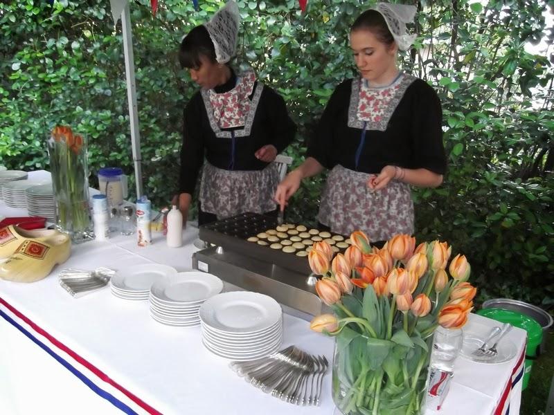 Olandesine che servono i poffertjes