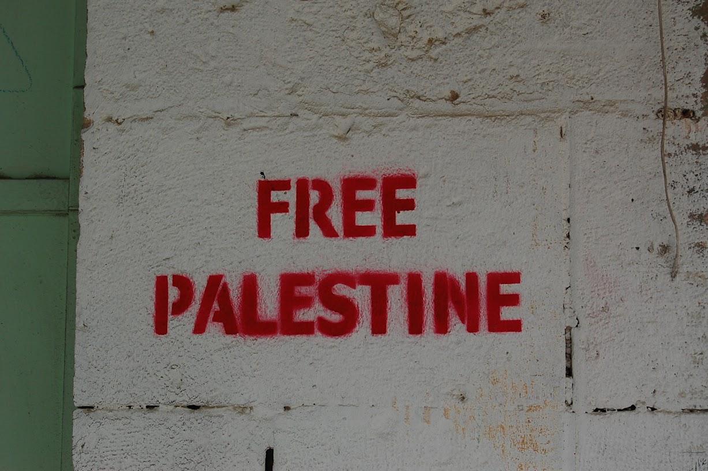 エルサレムの壁に書かれていた「フリーパレスチナ」の文字。