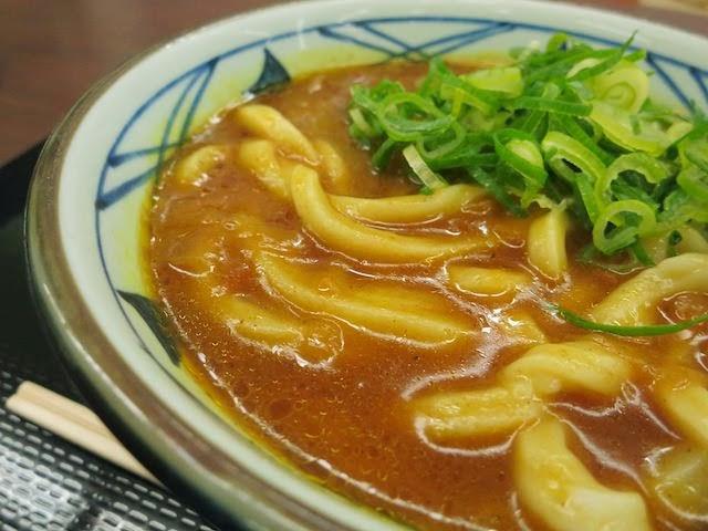 カレー出汁から盛り上がったうどん麺