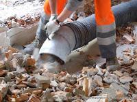 Aspirazione di calcinacci con escavatore a risucchio