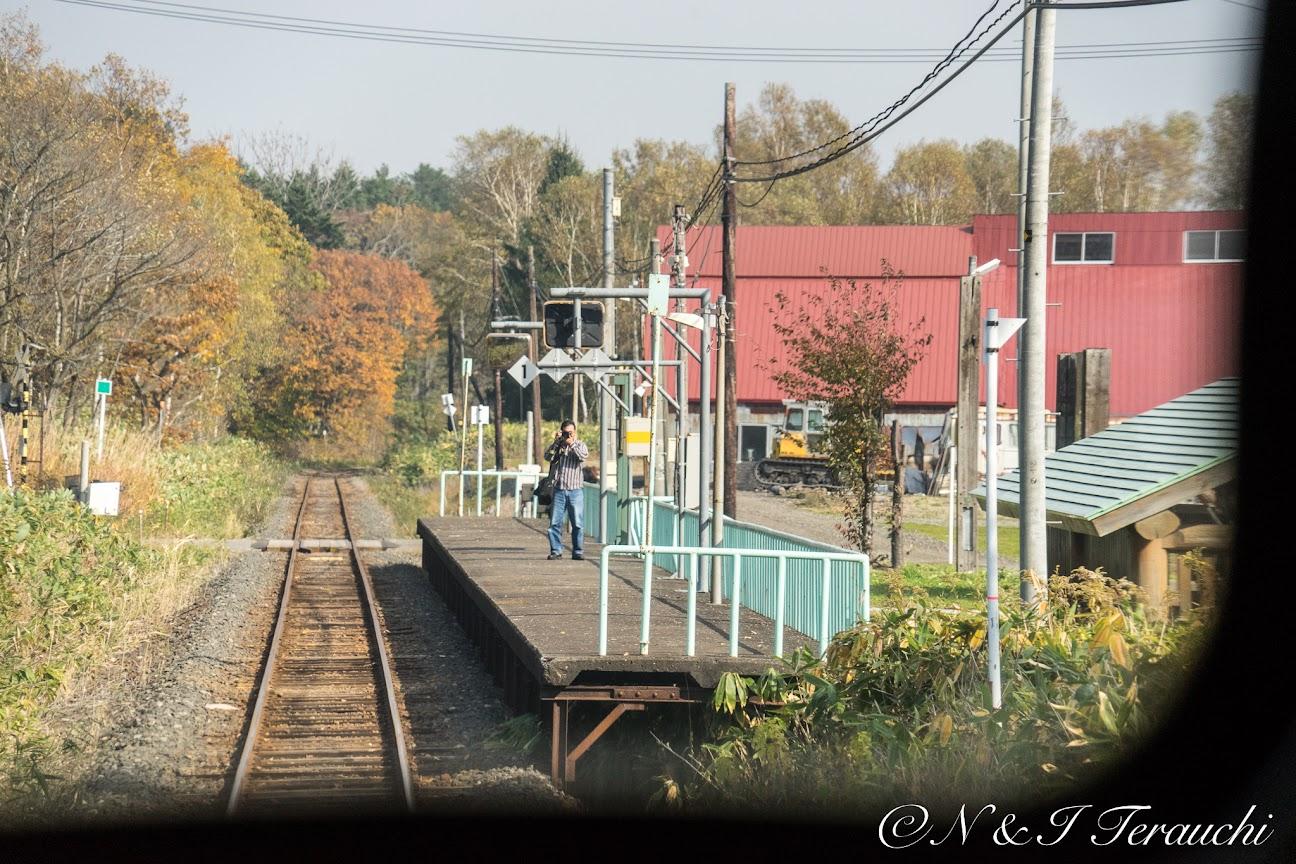 列車にカメラを向ける鉄道ファン