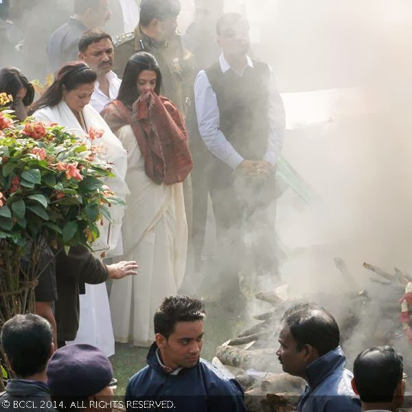 Raima Sen, Moon Moon Sen and Riya Sen during Suchitra Sen's funeral, in Kolkata.