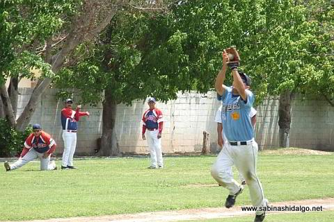 Nelson Villarreal fildeando por Cerveceros en el beisbol municipal