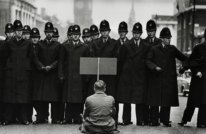 Manifestante solitário em um protesto a favor da paz mundial, 1962. Foto: Don McCullin. Londres, 1962.