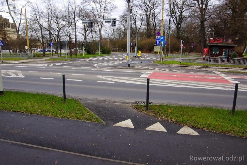 Wyjazd ze śluzy - przejazd przez jezdnię - wjazd na drogę dla rowerów. Te trójkąty (znak P-13) podpowiadają, że trzeba ustąpić pierwszeństwo rowerzystom jadącym droga dla rowerów.