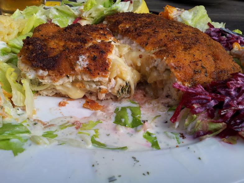 Bild vom inneren des mit Maultaschen und Kartoffelsalat gefüllten Cordon bleus