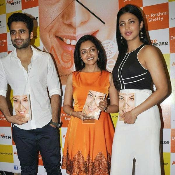 Dr Rashmi Shetty poses with Jackky Bhagnani and Shruti Hassan during the launch of her book 'Age Erase', held at Crossword, on July 11, 2014.(Pic: Viral Bhayani)
