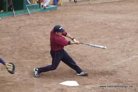 Roberto Cárdenas bateando en el softbol dominical