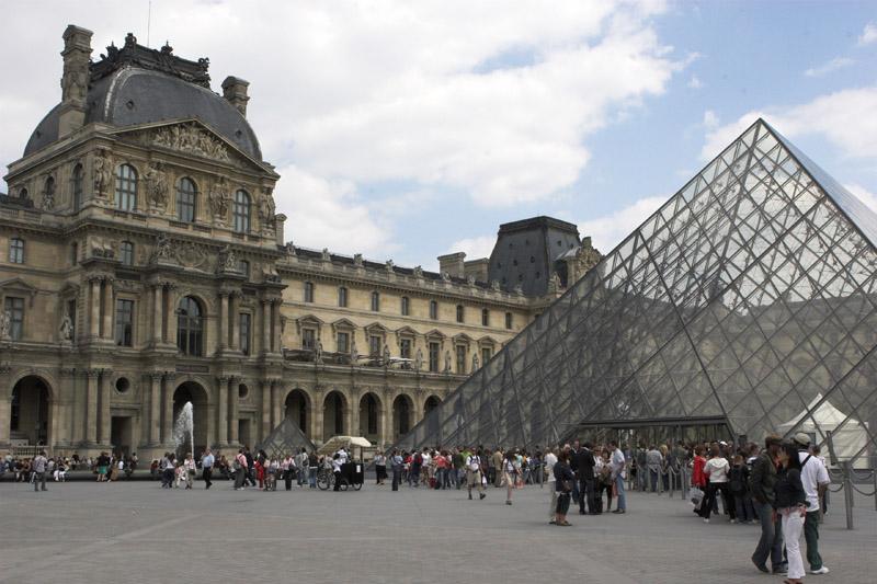 Лувр. Пирамида главного входа.