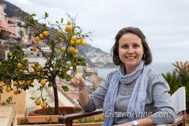 limon ağacı yanında limoncello içerken, Villa Yiara Positano