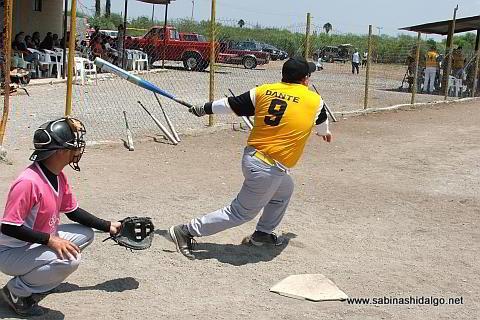 Dante Perrone bateando por Panteras en el softbol del Club Sertoma