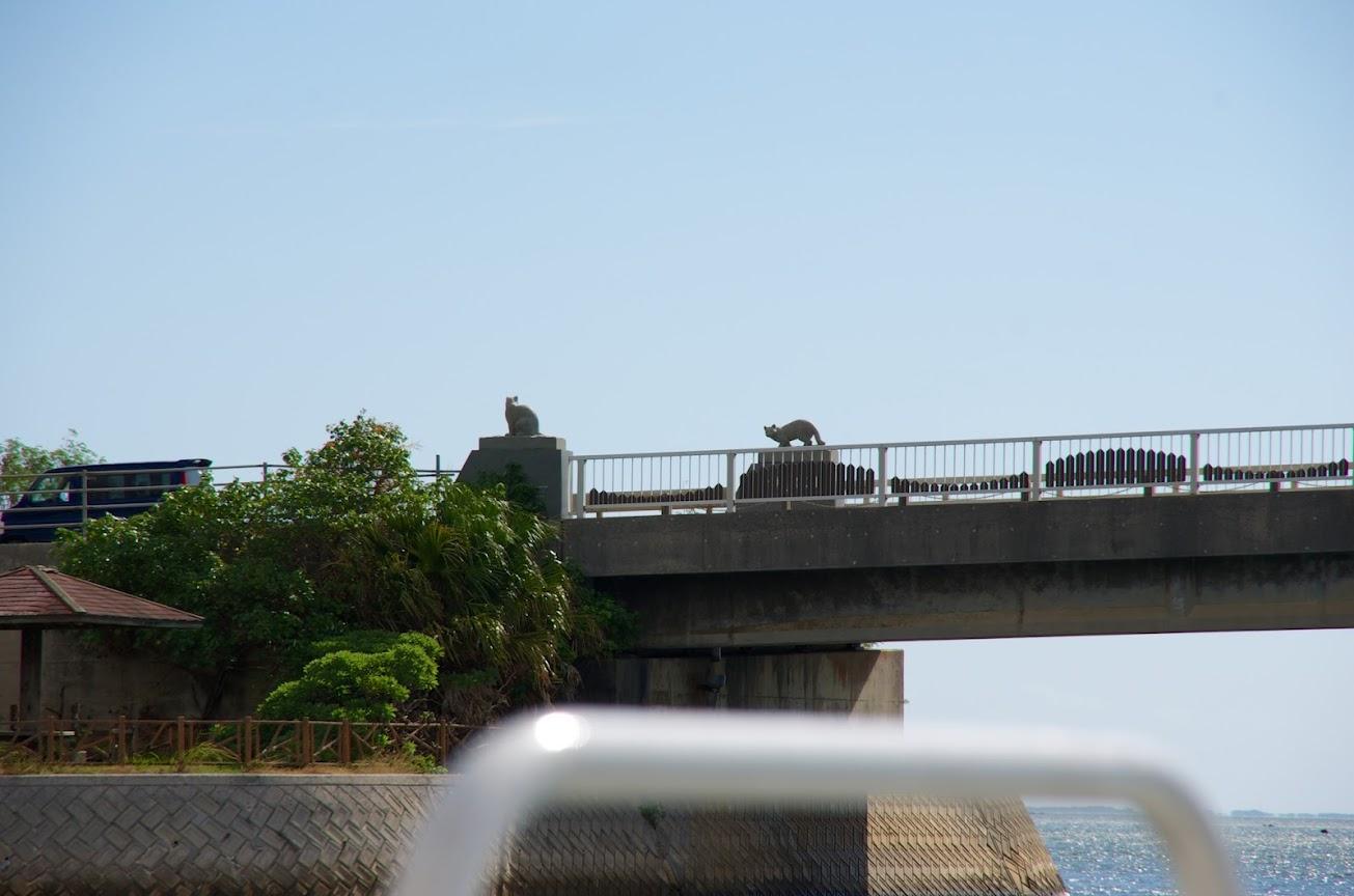 橋に鎮座するイリヤマテネコの銅像
