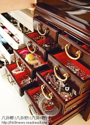 <br><br>梳妝枱及枱面的飾物櫃經過精心設計,櫃桶內分開一格格,易於挑選。