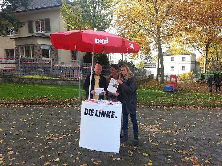 Infostand »Die Linke« unter dem Sonnenschirm der DKP.
