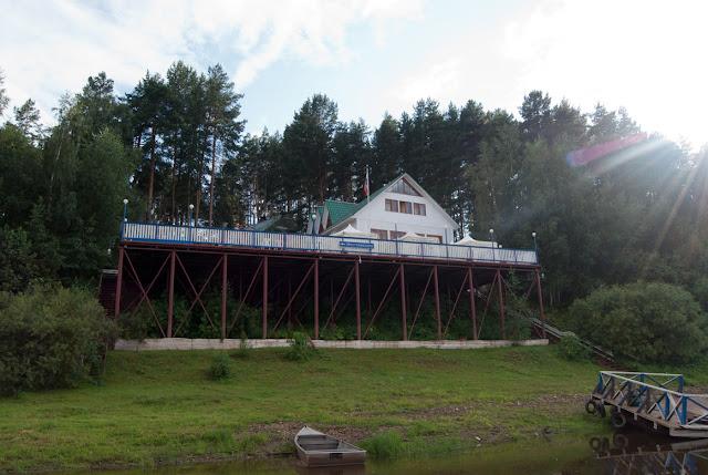 Речное кафе у города Советска с видом на реку Вятку