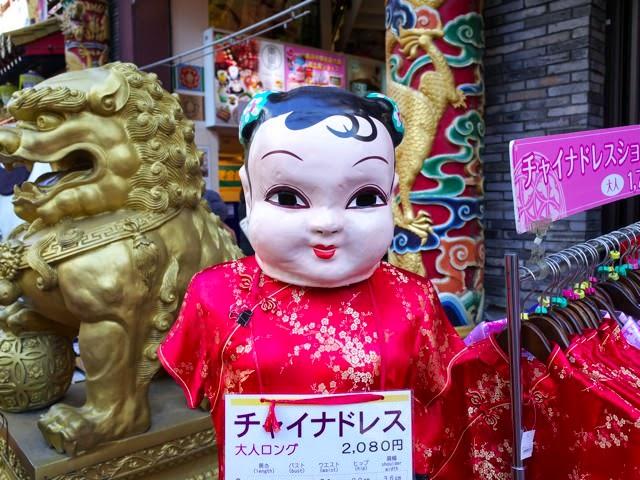 中華のお面をつけた人形