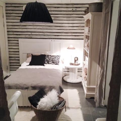 Gästrum gammal dörr sänggavel tapet old wooden wall