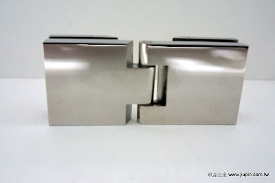 裝潢五金品名:CH7497-玻璃鉸鍊型式:玻對玻(180度/90度) 規格:93*40m/m 厚度:8~12MM 承重:30KG 材質:白鐵玖品五金