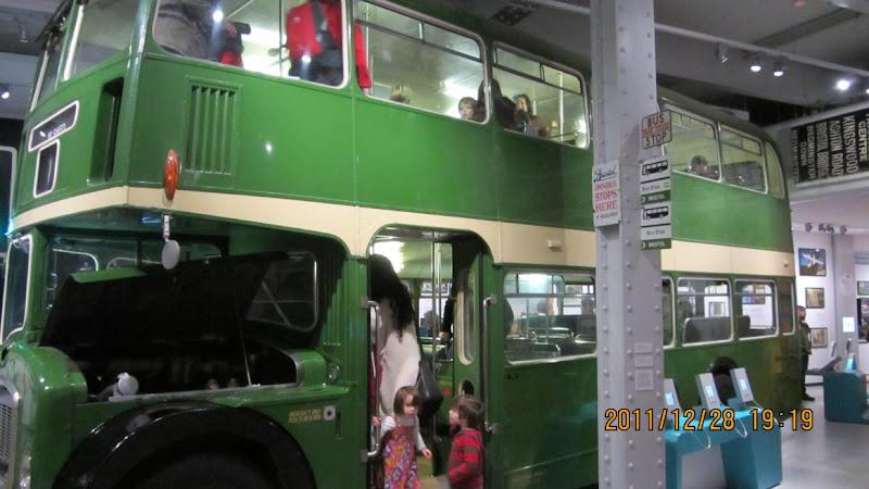 英國小孩們開心地體驗骨董公車