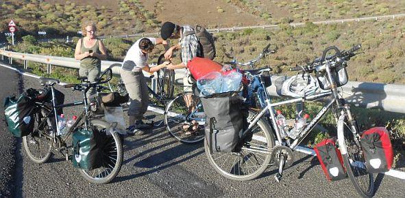 Hilfe für ein schwedisches Paar beim Fahrrad-Flicken kurz vor Maspalomas, Gran Canaria