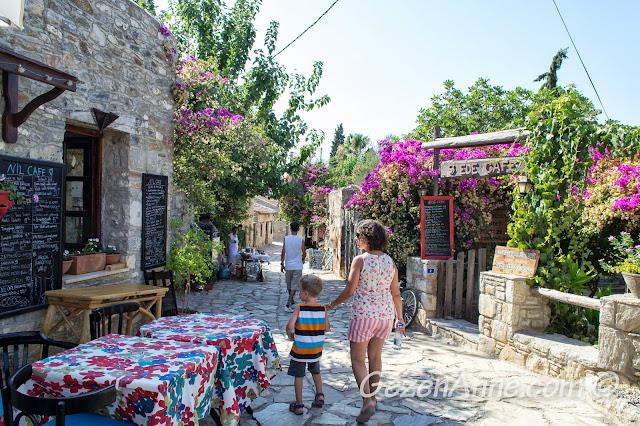 Eski Datça sokaklarında gezerken