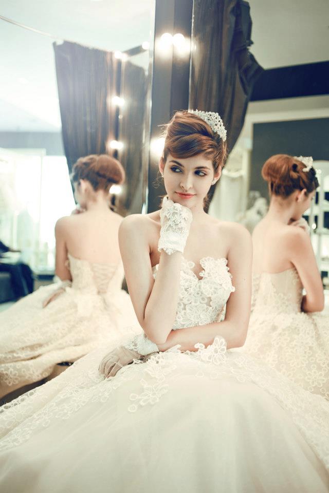 Mẫu Tây Andrea Aybar kiêu sa trong váy cưới trắng - Ảnh 1