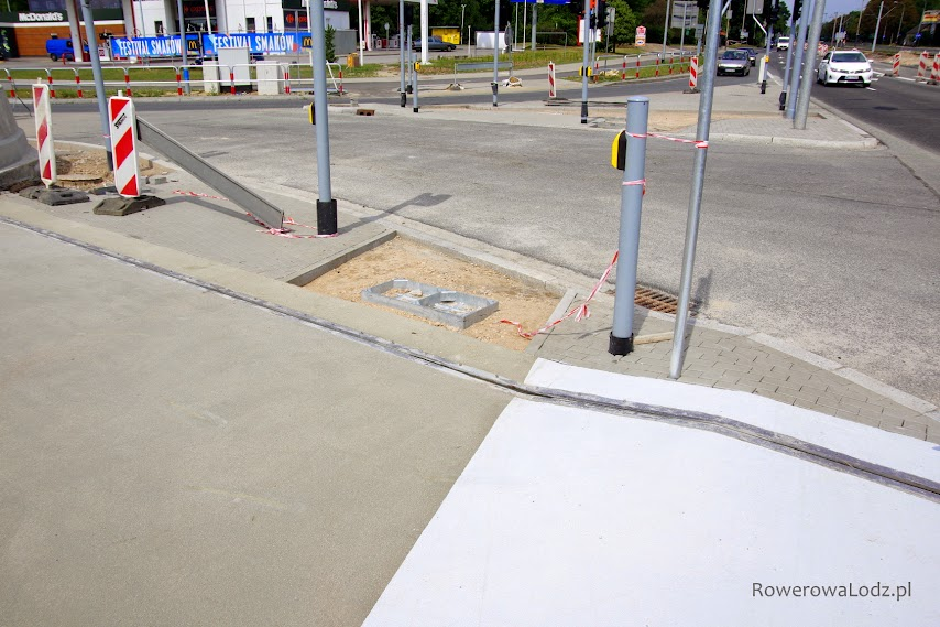 Miejsca na studzienkę jest dość sporo. Gdzie jednak projektant postanowił ją uwalić? No jasne - na środku przejazdu dla rowerów.