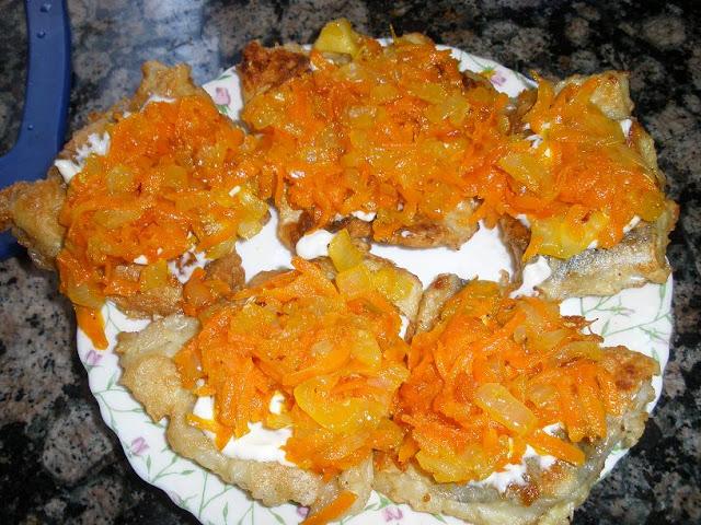 Рыба под шубой из лука с морковью