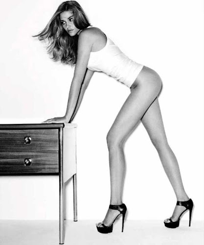 Ana Beatriz Barros, semi desnuda