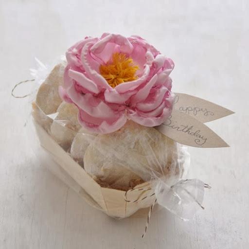 Decoração de presente com flor de tecido