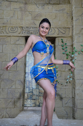 Showing Sexy Sonia Agarwal New Neval show Cute