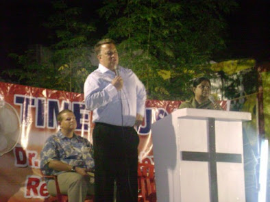 Tom speaking at open air crusade in Madurai