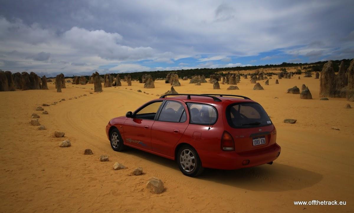 Nasz samochód na pustyni Pinnacles, Nambung, Western Australia
