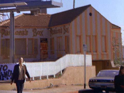 Клуб «Ящик Пандоры» примерно в 1966 году, незадолго до протестов названных «Бунт на Сансет Стрип» (скриншот фильма «Модник Мондо»)
