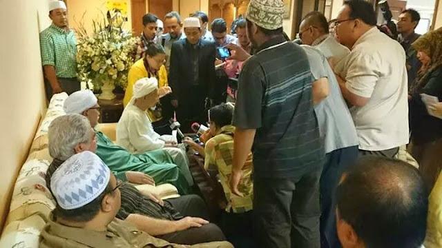 Terkini! Sidang Media TG Nik Aziz Selepas TG Haji Haji Mengadakan Perjumpaan Tertutup
