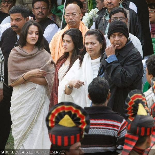 Raima Sen, Moon Moon Sen, Riya Sen and Mithun Chakraborty during Suchitra Sen&#039;s funeral, in Kolkata. <br />