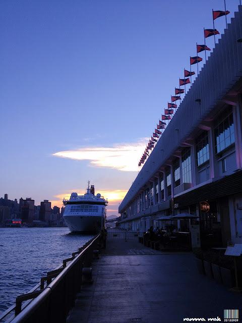 旗幟飄揚的海運碼頭。