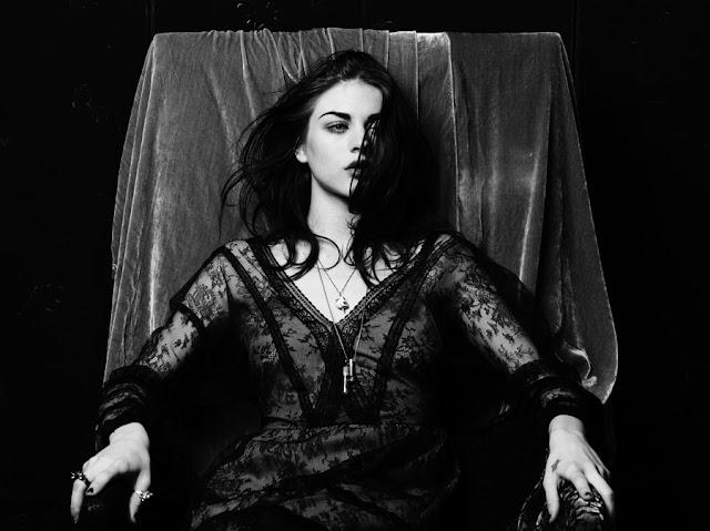 A princesa do Grunge, Frances, filha de Kurt Cobain, busca seu trono e posa em fotos sensuais