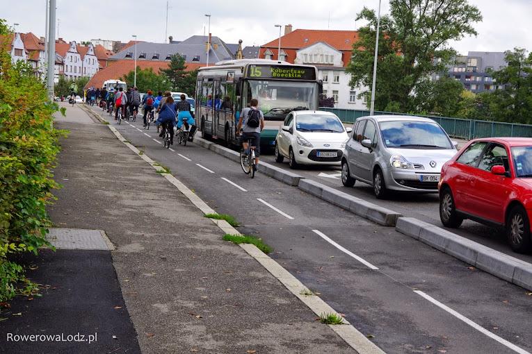 Most był zbyt obciążony i zdecydowano się na wyseparowanie drogi dla rowerów na jednym z byłych pasów dla samochodów.