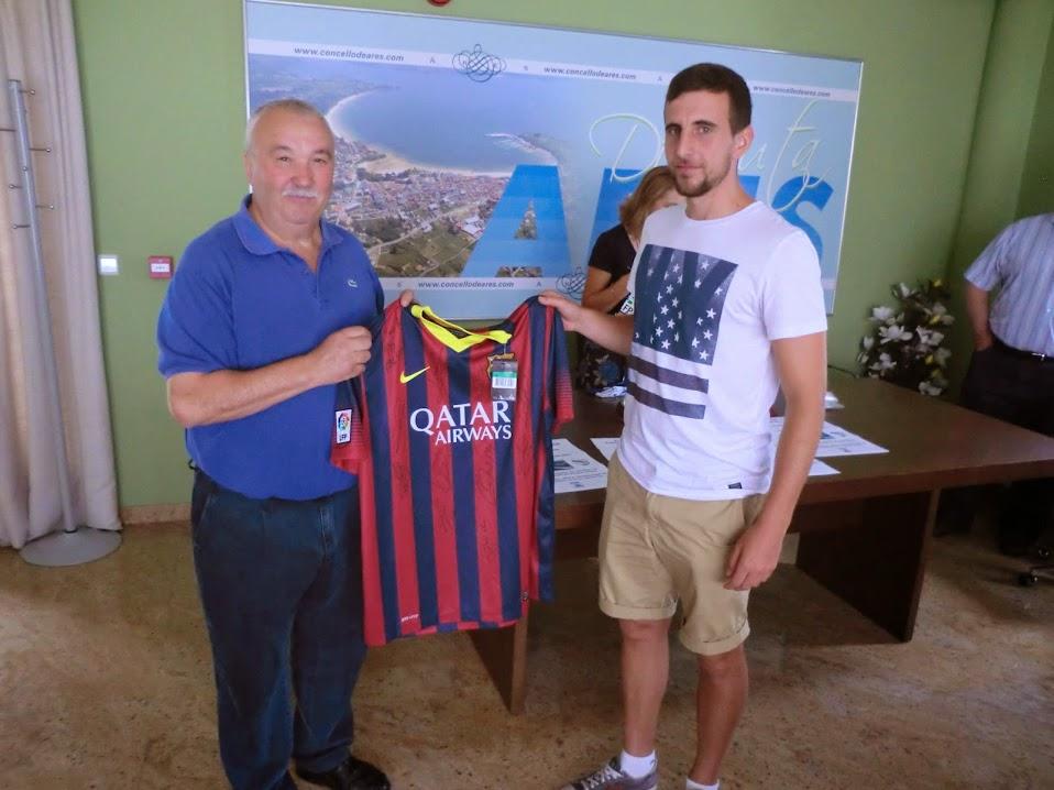 A peña barcelonista, representada por José Antonio Villa entregou unha camiseta que leva as sinaturas dos xogadores do primeiro equipo barcelonista.