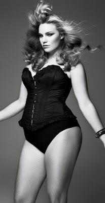 modelo plus size usando corset
