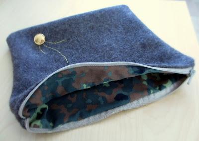 iPadin suojuksen sisällä on käytetty maastokuvioista puseroa
