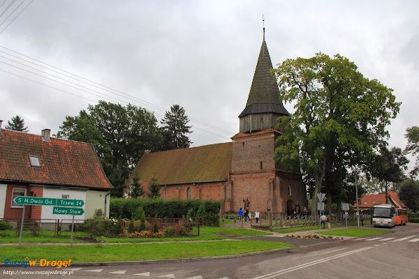 przed kościołem w Lubieszewie