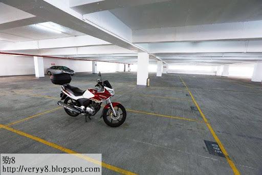 發展商今次「散出」的停車場,不少為無人問津的「發黴場」,就如為華懋套現近五千萬的豪景花園四樓,全層一百四十八個車位,九成九空置,長時間只有圖中的電單車及零星車輛停泊。