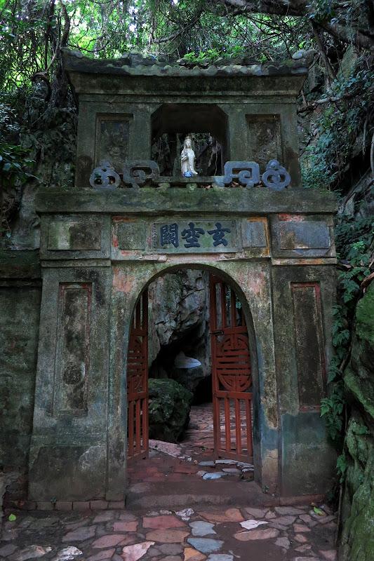 Entrance to Hoa Nghiem and Huyen Khong caves