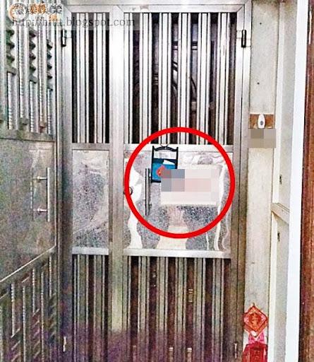 姓盧女中醫在住所鐵閘擺放卡片供病人預約時間(紅圈示)。