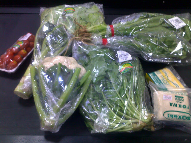 fresh organic vegetable aragula, veggie salad mix (lettuce), tomatoes. not organic tofu, mushroom, cilantro / yansoy at gaisano super metro ayala cebu philippines