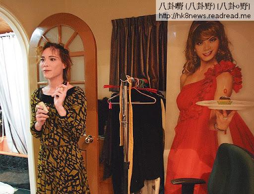 蘭子一千七百呎的家中滿布女性衣物,房內掛有一幅他作女裝打扮的巨型海報。