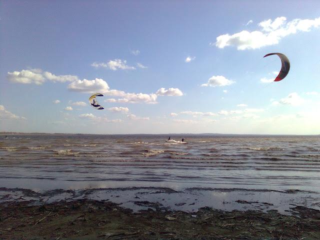 """""""Кайтсёрфинг"""" (от англ. kite - воздушный змей и surfing - сёрфинг, """"катание на волне"""") или кайтинг - вид спорта, основой которого является сила тяги, развиваемая воздушным змеем (кайтом). Спорт становится всё более популярным от года к году. В 2006 году число кайтсёрферов в мире насчитывало до 200 000 человек. Кайтсерфинг в Кременчуге вообще находится в стадии зачатия. За счёт ноу-хау в технологии змеев, улучшения систем управления и развития школ обучения кайтсёрфингу значительно повысилась безопасность этого спорта, который сочетает в себе элементы вэйкбординга и виндсерфинга. Неслучайно многие из нынешних чемпионов кайтсерфинга начинали именно в этих экстремальных видах спорта.           """"Сноукайтинг"""" (англ.  snowkiting) - вид спорта и активного отдыха который использует все ту же кайтовую тягу. Скользить же можно на сноуборде или лыжах, кому что больше по душе. Является исконно альпийским видом спорта, так как зародился в 70-х годах, в Альпах в результате экспериментов мистера Дитера Стразиллы. Сноукайтинг в Кременчуге более реален чем где бы то ни было. У нас есть Кременчугское море, заливы и озера которые замерзая, образуют ровную и гладкую поверхность. Плюс нынешние снежные и холодные зимы в нашу пользу. Научиться сноукайтингу гораздо легче чем кайтсерфингу. Этот вид спорта даёт вам свободу зимой передвигаться в трех плоскостях, позволяет преодолевать значительные негативные эмоции, расстояния и силу гравитации без привычных усилий.          Теперь более доступно...         Это удивительнейший вид спорта, так как практикуется и зимой и летом! Лето - это море, солнце, пляж… что ещё добавишь,  ну а зимой это свежий морозный воздух, поля укрытые снегом, нетронутая природа, конечно пока вы туда не приехали. Ко всему этому кайтинг ещё действительно и спорт. Количество тех трюков, которые можно исполнять с кайтовой тягой, не имеют предела. Каждый год добавляются всё новые и новые акробатические элементы, проводятся местные и всемирные соревнования с  солидным призо"""